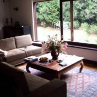 sala com Janela aberta e possivel vista para lago grande casa de hospedes e entrada ID: 18400